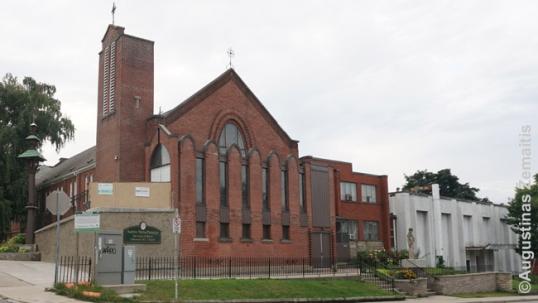 Lietuviškas kryžius (kairėje), bažnyčia ir jaunimo centras (dešinėje) Hamiltone